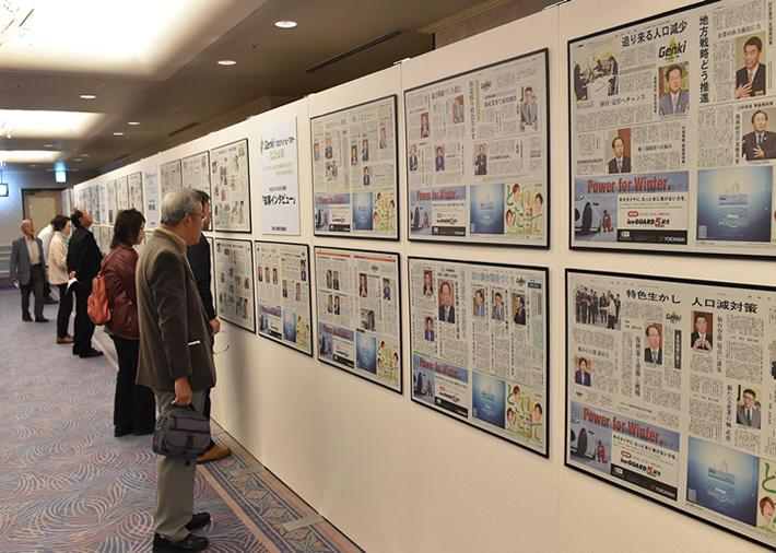 共同宣言を行い、手をつなぎ合う東北の主要7新聞社の社長
