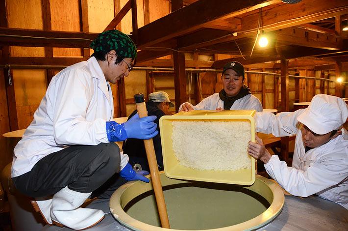 仕込み作業を分担し、共同醸造に取り組むNEXT5のメンバー=秋田県八峰町、2013年11月
