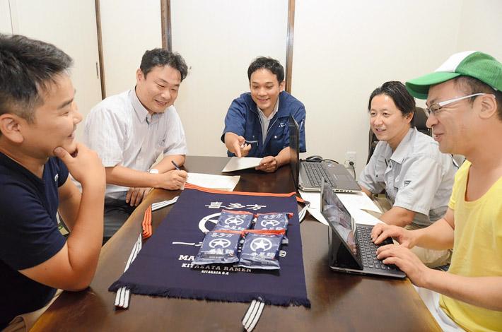 喜多方ラーメンの輸出拡大に向けて意見を交わす松崎さん(中央)らメンバー=福島県喜多方市、9月8日
