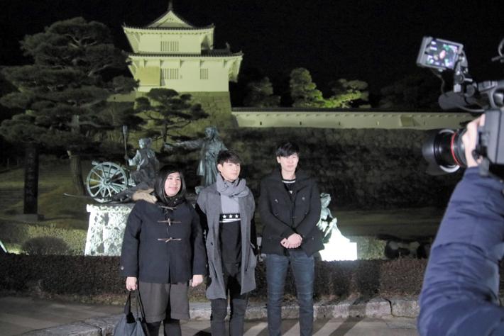県立霞ケ城公園箕輪門前でロケをするSpeXialの2人と女優