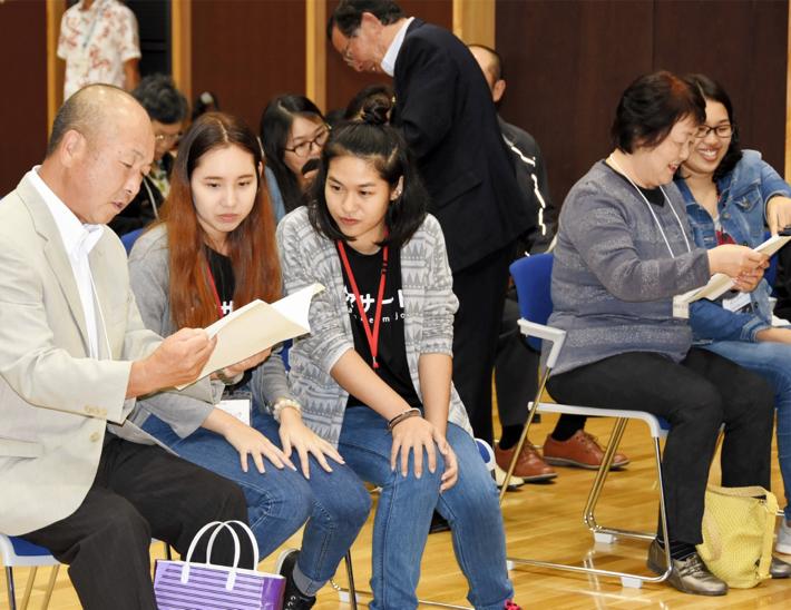 日本文化体験のために来日し、八幡平市ホストファミリーの会会員と滞在中の日程などを確認するタマサート大の女子学生