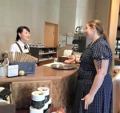 ホテル佐勘ラウンジでALTによる来客対応研修を受ける従業員