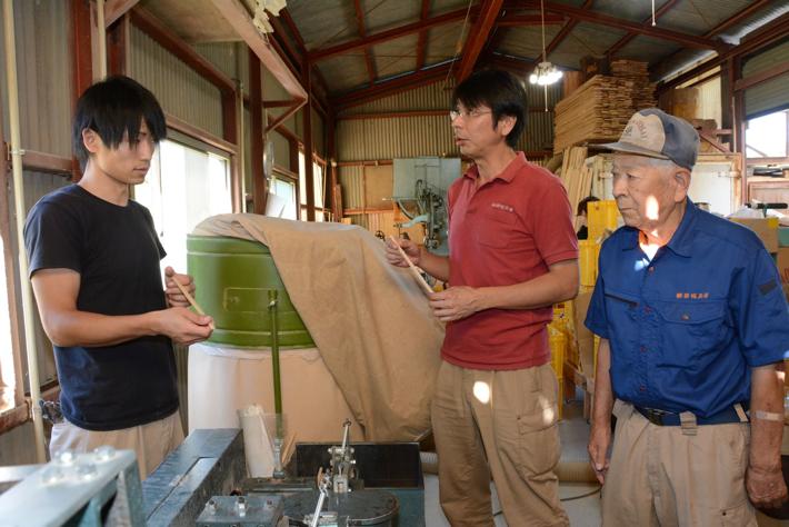 従業員と製品を確認する高橋社長