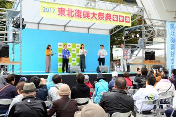 ステージでは来場者に東北の食やGenkiプロジェクトの取り組みをPRした