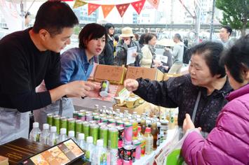 東北の食材を使った加工品や新米などを販売したブース