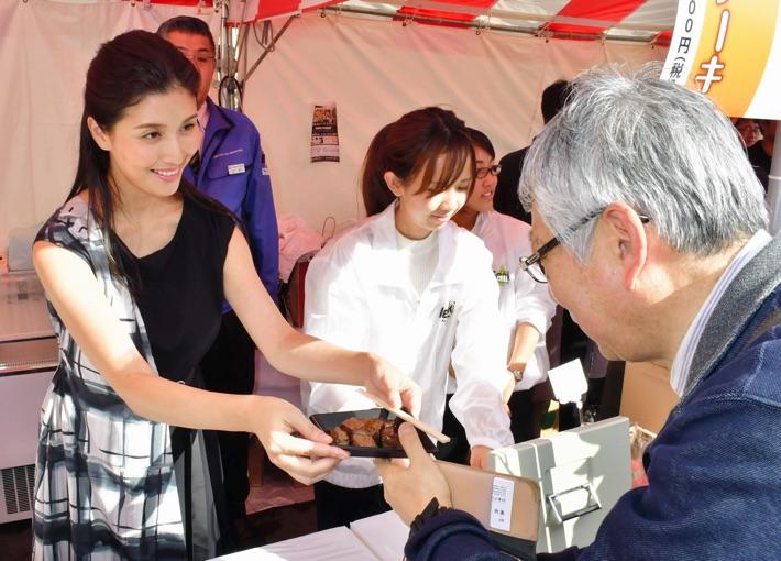 iステーキを手渡す橋本さん(左)