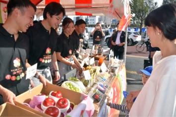 「とうほく創生Genkiプロジェクト」のブースで東北の食材を販売する全農関係者ら